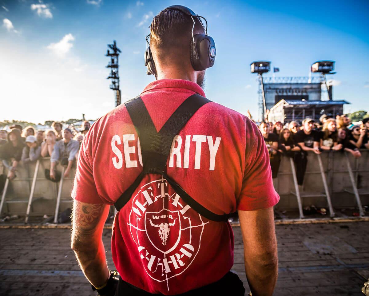 Security auf dem Wacken Open Air von hinten zum Publikum fotografiert.
