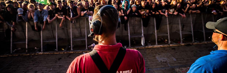 Sicherheitsmann der GSK Veranstaltungsservice GmbH sichert ein Konzert auf dem Wacken Open Air ab.
