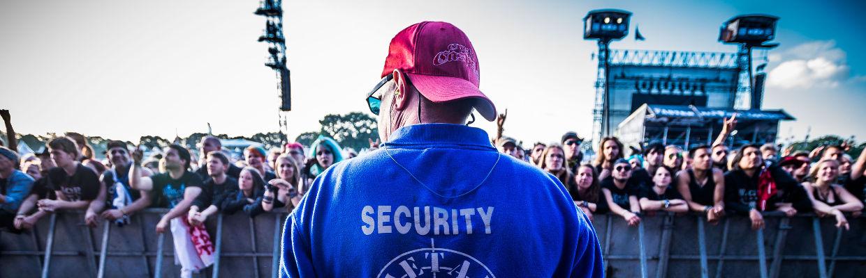 Sicherheitsmann der GSK-Veranstaltungsservice GmbH sichert eine Großvberanstaltung auf dem Wacken ab