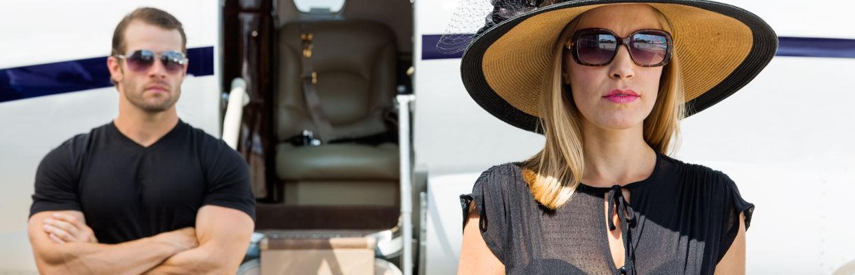 Bodyguard bewacht VIP während diese aus dem Flugzeug aussteigt - GSK-Veranstaltungsservice